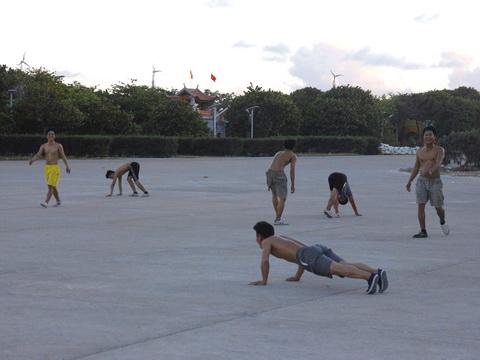 Thể thao ở Trường Sa: Nơi sân bóng chìm trong biển cả