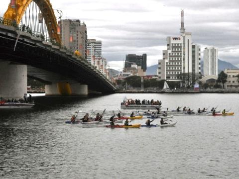 Các thủy thủ Clipper đua thuyền Kayak trên sông Hàn