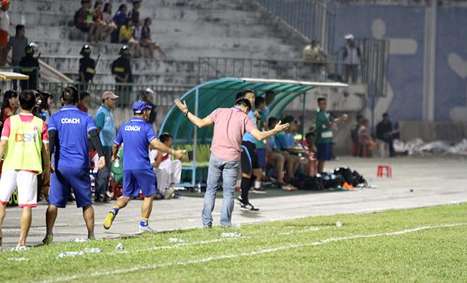 Sân Cao Lãnh suýt 'vỡ trận' vì trọng tài