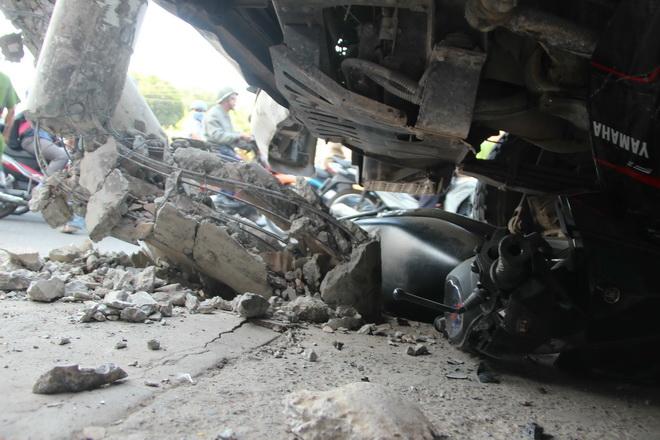 Xe tải mất lái, người đi đường bỏ xe chạy tán loạn, 2 người bị thương nặng