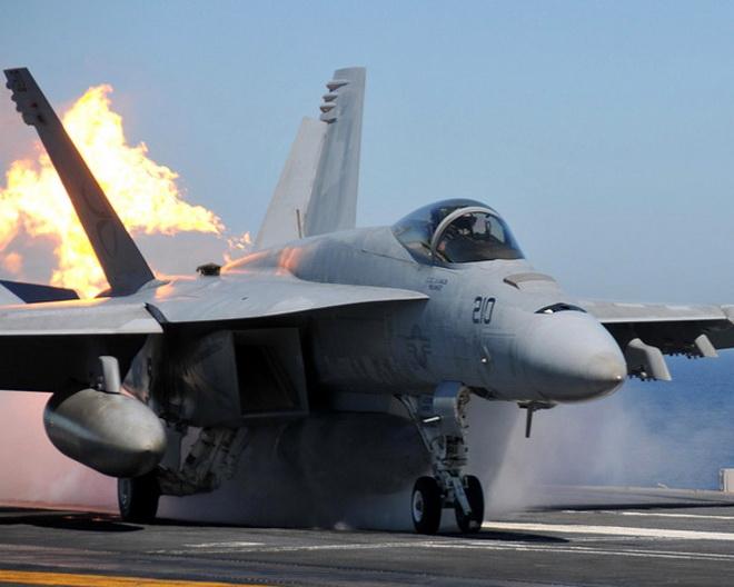 Máy bay tiêm kích F/A-18 của Mỹ bị hai kẻ lái ôtô đâm nát