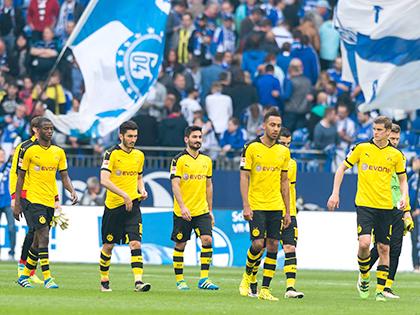 Dortmund bị cầm chân, Bayern chạm tay vào đĩa bạc