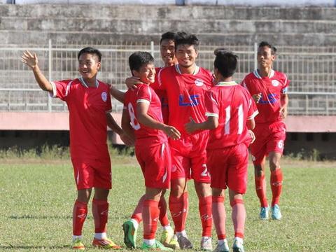 Thắng đậm Cà Mau, TP.HCM bám sát Nam Định