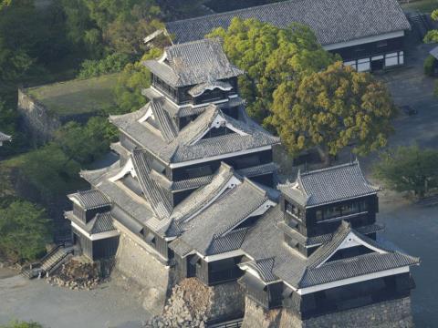 Chùm ảnh: Động đất ở Nhật Bản làm đổ sụp tường lâu đài 400 năm tuổi Kumamoto
