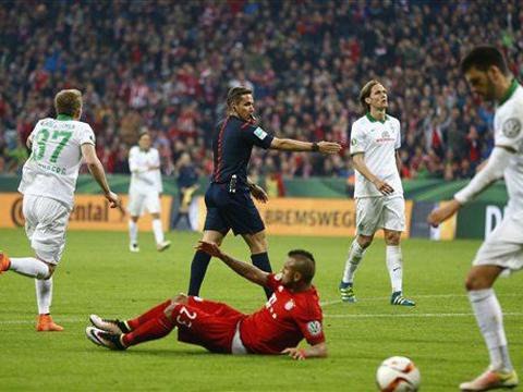 Trọng tài xin lỗi vì cho Bayern hưởng phạt đền sau pha 'diễn' THÔ của Vidal