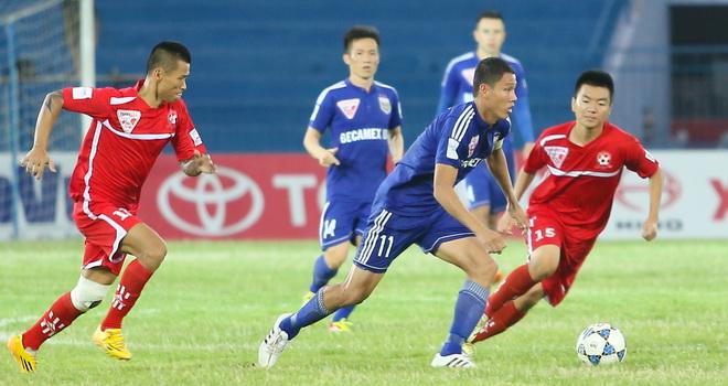 Anh Đức 'thách thức' Hải Phòng, cầu thủ Nam Định phải cấp cứu tại sân