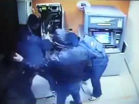 Tạm giữ hai người Trung Quốc dùng thẻ ATM giả rút trộm tiền tại Hà Nội