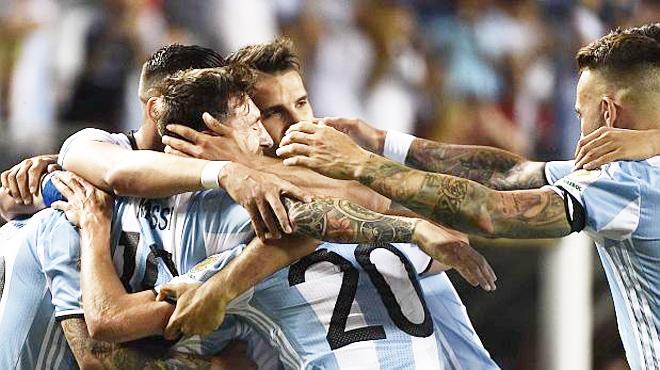 Argentina 5-0 Panama: Messi rực sáng ngày trở lại, Argentina giành vé vào tứ kết