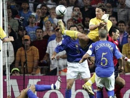 Xem lại cú đánh gót thần sầu của Ibra vào lưới Italy ở EURO 2004