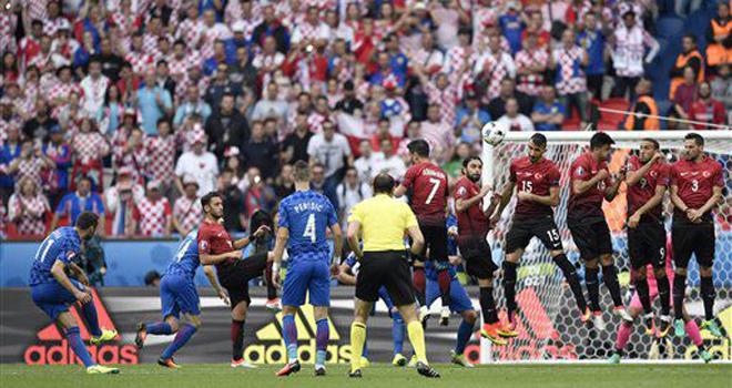 Thơ dự đoán EURO của TS Lê Thống Nhất: Đành lòng chấp nhận trận hoà vẫn tươi