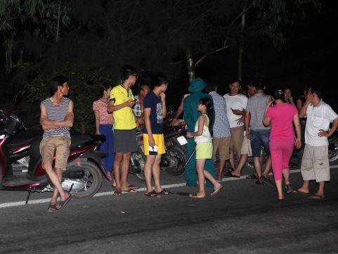 Nghệ An: Hàng trăm người chờ đón thi thể phi công Trần Quang Khải được đưa về đất liền