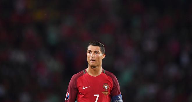 Ronaldo không thể mang lại cảm xúc như Messi