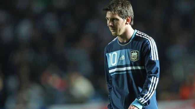 SO SÁNH Ronaldo và Messi: Ai xuất sắc hơn trong màu áo ĐTQG?