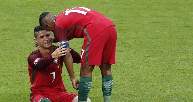 ĐẶC BIỆT: Cristiano Ronaldo tặng Chiếc giày Bạc EURO 2016 cho Nani