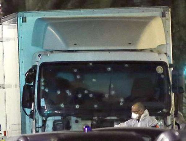 CẬP NHẬT vụ khủng bố ở Nice: Tài xế xe tải đã đấu súng với cảnh sát. Kho súng trong xe là giả
