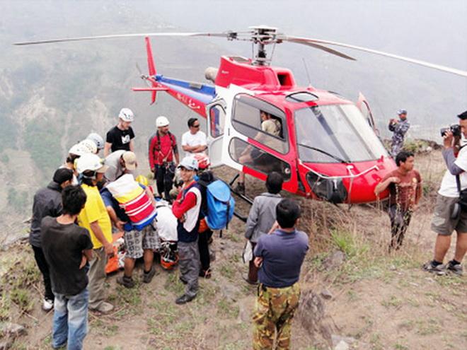 Họa vô đơn chí: Nạn nhân động đất Nepal bị mất tích cùng chiếc trực thăng