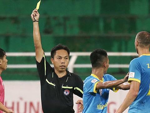 Cắn đối phương & phun nước miếng, cầu thủ V.League cùng lĩnh án phạt nặng
