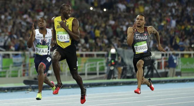 Usain Bolt quay lại mỉm cười với đối thủ trước khi cán đích
