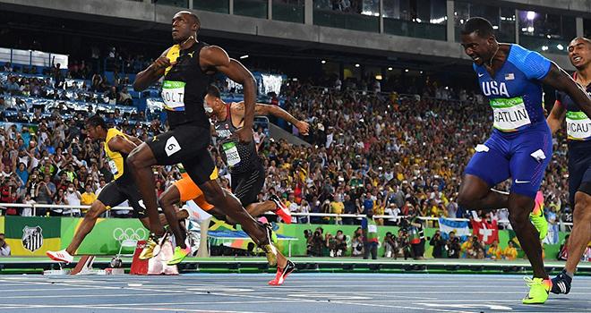 Usain Bolt khoe giày, 'selfie' cùng các đồng nghiệp nữ