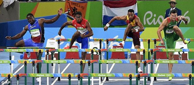 VĐV chạy vượt rào Haiti ngã chổng vó vì... bắt chước Usain Bolt