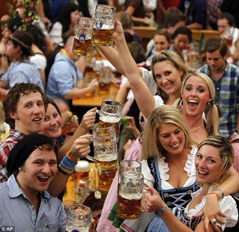 Lễ hội bia Oktoberfest, Đức:  Vừa uống bia, vừa phập phồng lo khủng bố