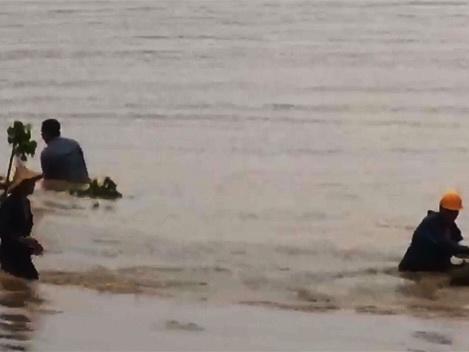 Tang thương tại khu khai thác vàng: Vớt thi thể 2 công nhân bị lũ cuốn trôi