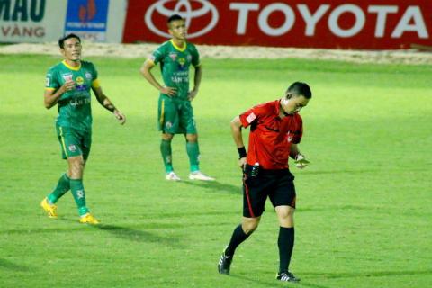 Trung vệ Chí Công bị treo giò 5 trận vì hăm dọa trọng tài