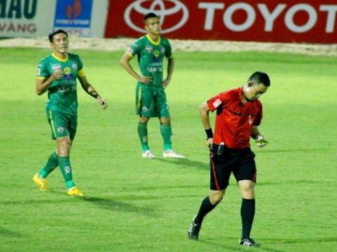 Chí Công 'dọa' giải nghệ sau án treo giò xuyên mùa giải