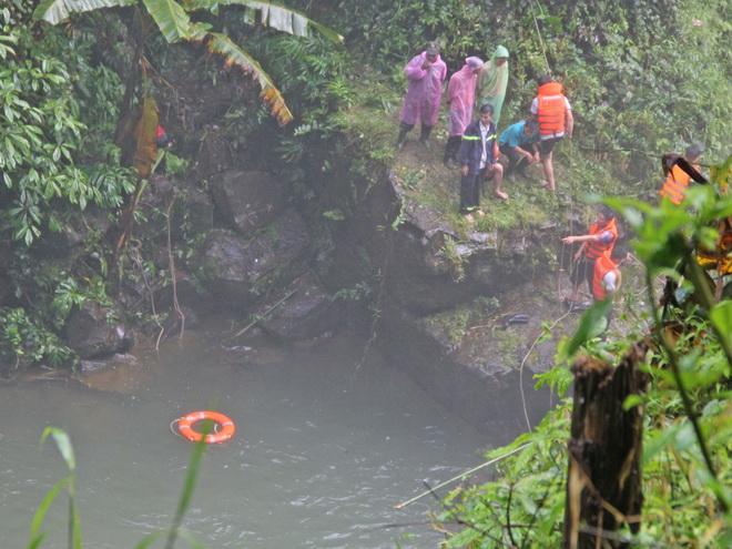 Rơi xuống thác Đam B'ri, thi thể thiếu niên 16 tuổi bị kẹt trong hốc đá