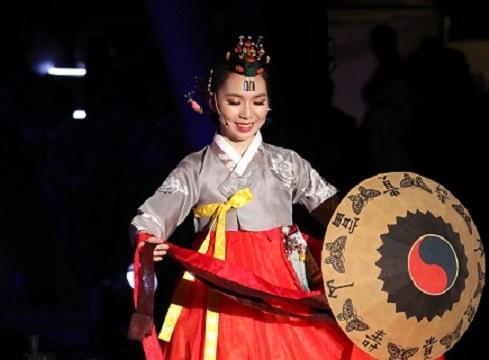 Các nghệ sĩ Hàn Quốc chào mừng Quốc khánh Việt Nam