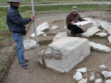 Xuất lộ nhiều khối đá nguyên khối lớn tại Thành Nhà Hồ