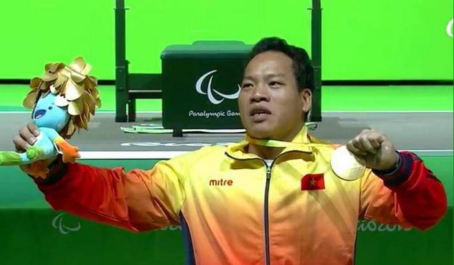 Bộ trưởng Nguyễn Ngọc Thiện chúc mừng HCV Paralympic của Lê Văn Công