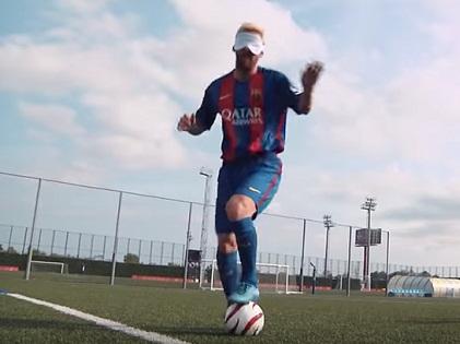 Ngay cả khi bịt mắt, Messi vẫn ghi được bàn