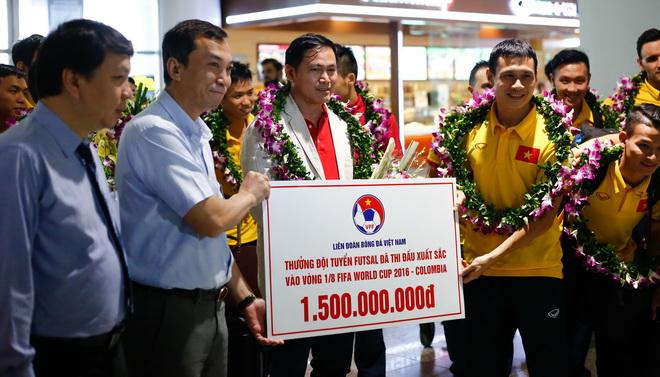 Futsal Việt Nam rạng rỡ ngày trở về, nhận thưởng 'nóng' 1,5 tỷ