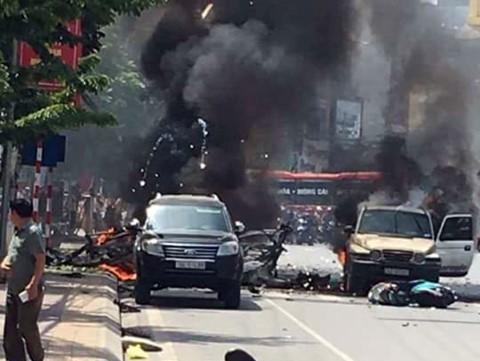 VIDEO: Taxi phát nổ, ô tô, xe máy bốc cháy, 2 người tử vong