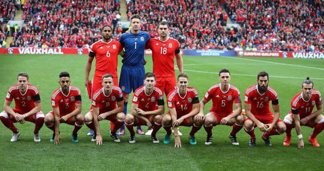 Gareth Bale nói gì về phong cách xếp hàng chụp ảnh thảm họa của xứ Wales?