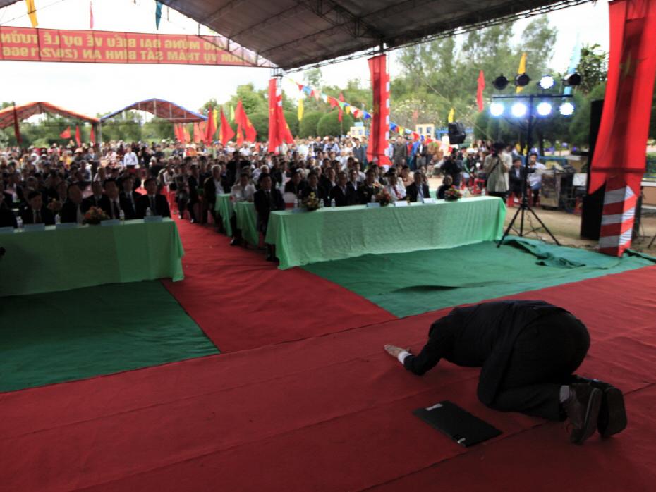Giáo sư Hàn Quốc quỳ gối để 'Thành thật xin lỗi Việt Nam'