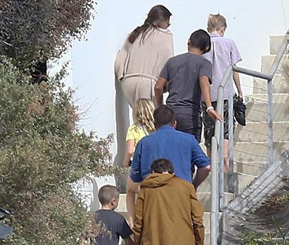 FBI phỏng vấn Angelina Jolie và các con về vụ xô xát của Brad Pitt trên máy bay