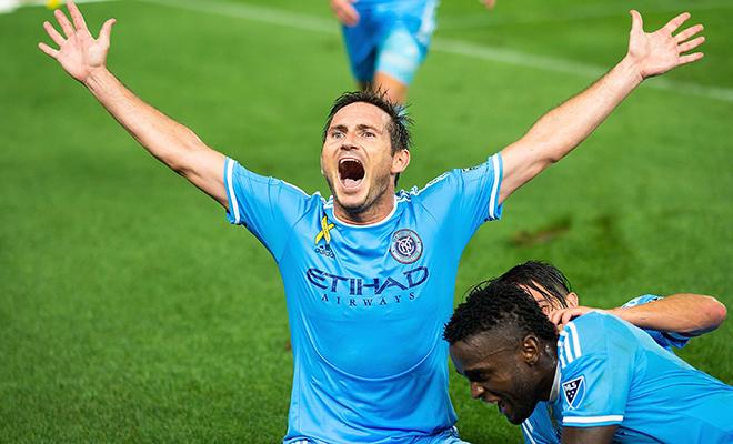 Lampard nên noi gương Gary Neville: Làm BLV tốt hơn làm HLV