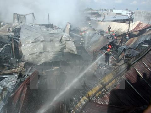Thành phố Hồ Chí Minh: Cháy lớn thiêu rụi hơn 2.000m2 xưởng sản xuất mũ bảo hiểm