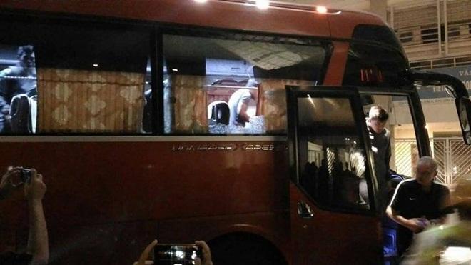 CĐV Việt Nam ném vỡ kính xe bus chở đội Indonesia, cộng đồng mạng lên án gay gắt