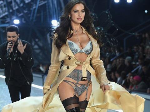 Siêu mẫu Irina Shayk khoe bụng thon trước tin đồn mang bầu với Bradley Cooper