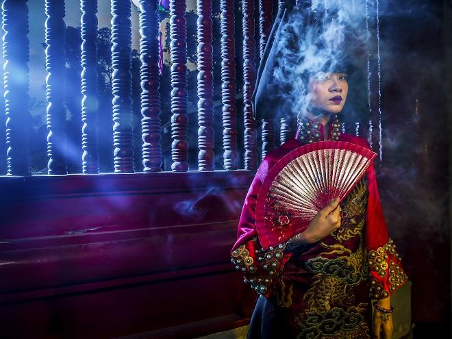 Người mẫu Hạ Vy ma mị với áo dài cổ chụp ở Văn Miếu