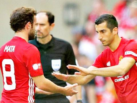 Mourinho có quá nhiều lựa chọn cho 'đôi cánh' Man United