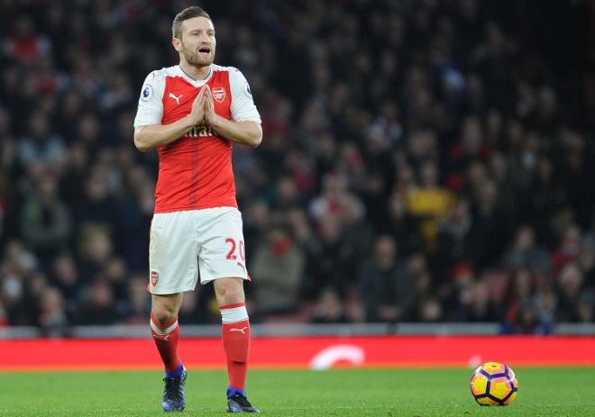 CĐV Arsenal sống trong hy vọng khi Mustafi và Welbeck trở lại