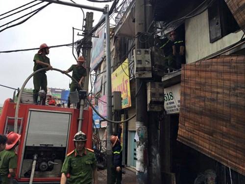 Dập tắt vụ cháy tại cửa hàng nội thất trên phố Đê La Thành, Hà Nội