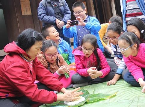 Vẽ tranh gà, đón Tết kiểu Tây Bắc ở Hà Nội