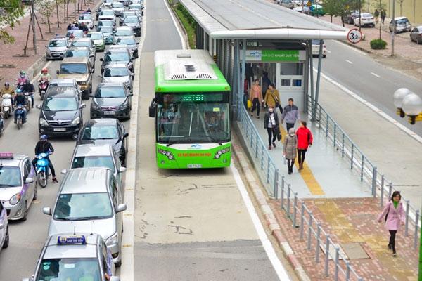 Hà Nội lắp dải phân cách cứng bảo vệ làn đường dành riêng tuyến buýt BRT