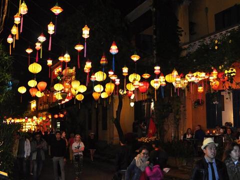 Thả hoa đăng, ngắm đèn lồng rực rỡ trong đêm Nguyên tiêu ở Hội An