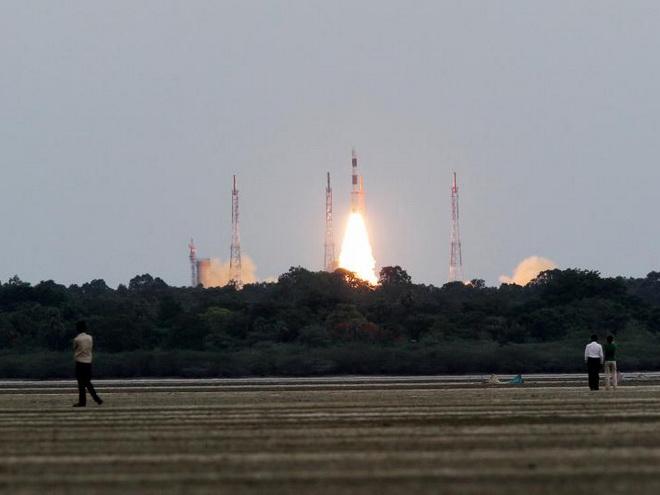 Tên lửa Ấn Độ 'cõng' cùng lúc 104 vệ tinh lên vũ trụ!
